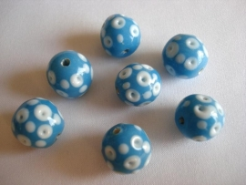 Glaskraal rond stippen lichtblauw met wit