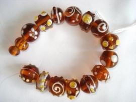 Streng luxe glaskralen bewerkt bruin (16 kralen)