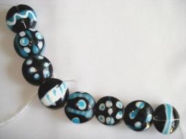 Streng luxe glaskralen bewerkt zwart, wit en blauw (8 kralen)