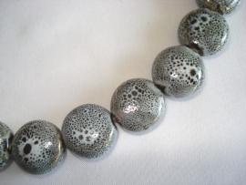 Streng porseleinen kralen grijs gespikkeld plat rond