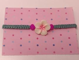Armbandje macramé asgroen met grote bloem en paarse kralen