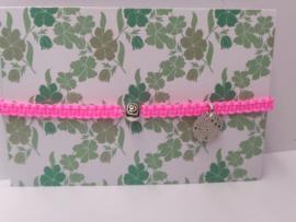 Armbandje macramé fluo rose met metalen roosje en ornament