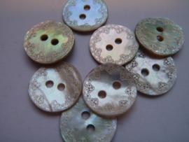 KA043 Knoop 2 gaatjes - 13 mm - parelmoer met geëtste tekening