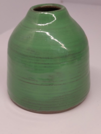 Handgedraaid vaasje - frisgroen 9cm - steengoed keramiek