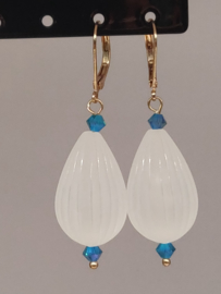 DQ oorbellen goudkleur blauw kristal en melkwitte baloon