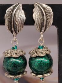 Oorbellen (stekers) metaalblaadje met groene bol en ornamenten