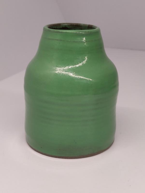 Handgedraaid vaasje - frisgroen 9,5cm - steengoed keramiek