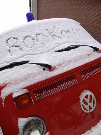 VW Bus T2 in de sneeuw