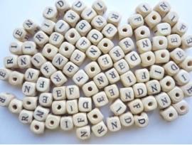 Zakje met houten letterkralen (48 stuks)