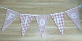 Stoffen slinger met puntvlaggetjes en naam