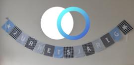 Stoffen slinger met rechte vlaggetjes en naam/tekst wit
