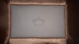 Boxkleed satijnen rand met geborduurde kroon beige/wit