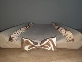 Aankleedkussenhoes nicky velours met satijnen ruches en - strik