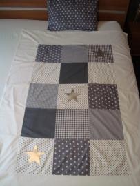 Dekbedovertrekset patchwork grijs/wit met zilveren sterren