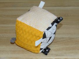 (V) Speelblok met labels wafelkatoen grof oker/poplin triangel wit/zwart/katoen sticks oker