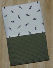 (V) Dekbedovertrek 60 x 80 cm wafelkatoen legergroen/poplin veertjes off-white/zwart