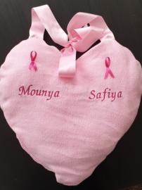 Kussen hart roze geborduurd met draaglint