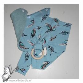 Cadeaupakket oudgroen, blauw met gekleurde veertjes