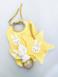 Cadeaupakket konijnenoortjes, ster speendoekje en slabbetje