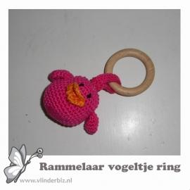 Rammelaar vogeltje ring roze