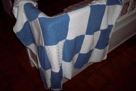 Handgebreide plaid in blauw/wit