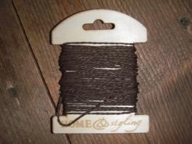 Kaartje hout met garen bruin