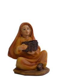 Kg11-28 Vrouw, zittend met korf