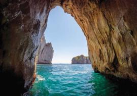 Fotobehang Zee met Rotswanden