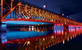 Fotobehang Brug over rivier bij avond