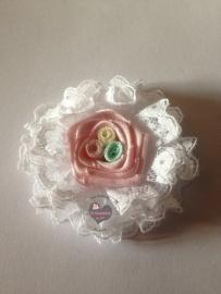 Kanten bloem met roze bloem