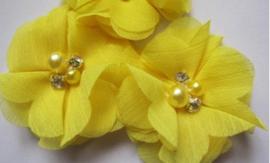 Bloem chiffon met parels & strass geel