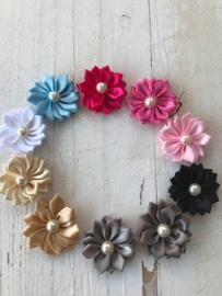 Satijnen bloem met parel 4cm  kies jou kleur