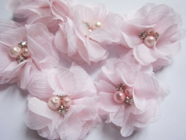 Bloem chiffon met parels & strass licht roze