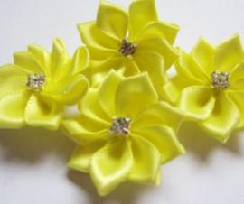 Satijnen bloem met strass  steentje geel
