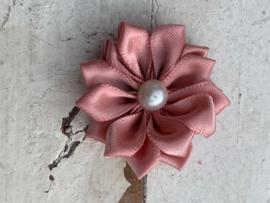 Satijnen bloem met parel Dusty pink/oud roze