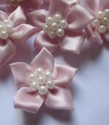 Satijnen bloem & parels lichtroze 3 cm