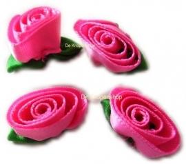Roze opgerolde roosjes met blad (4)