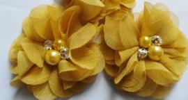 Bloem chiffon met parels & strass oker geel