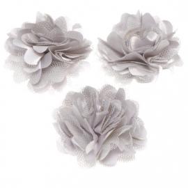 Stoffen satijn bloem met schijfje 5cm *zilver grijs* pst