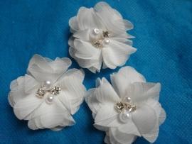 Bloem chiffon met parels & strass off white