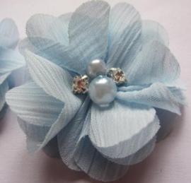 Bloem chiffon met parels & strass licht blauw