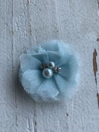 Bloem tule met parels & strass licht blauw 4.5cm