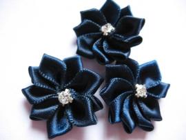 Satijnen bloem met strass  steentje navy