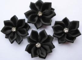 Satijnen bloem met strass  steentje zwart