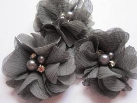 Bloem chiffon met parels & strass donker grijs