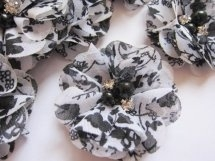 Bloem chiffon zwart/wit  met parels & strass