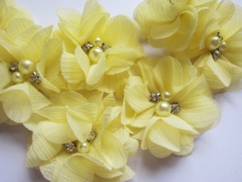 Bloem chiffon met parels & strass  licht geel