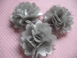 Stoffen satijn bloem met schijfje 5cm *grijs* pst