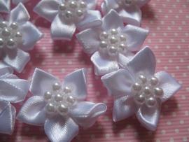 Satijnen bloem & parels wit 3 cm