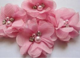 Bloem chiffon met parels & strass roze